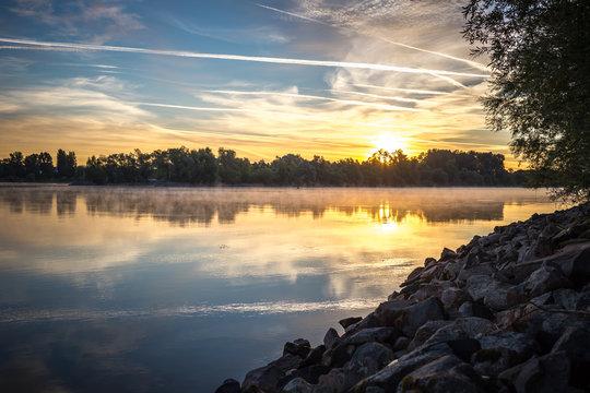 Sonnenaufgang am Rheinufer