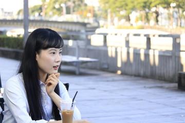 オープンカフェの女性