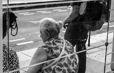 Old women thinking in a bus station (vieille femme pensant à un arrêt de bus)
