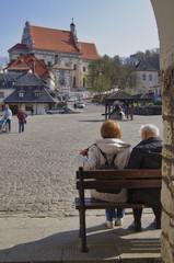 para starszych ludzi odpoczywająca na rynku w Kazimierzu Dolnym