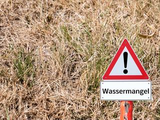 Warnschild Wassermangel Wiese