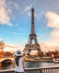 Young woman looking view of Eiffel tower at Paris in autumn