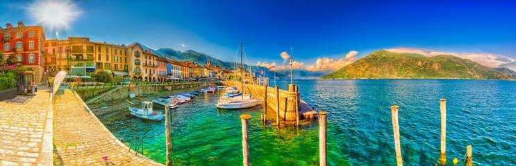 Promenade und Hafen in Cannobio am Lago Maggiore, Piemont, Italien  Fototapete