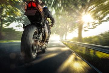 Motorrad fährt auf einer Landstraße