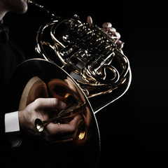 In de dag Muziek French horn player hands with brass instrument