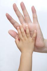 小さな手と大きな手、手の大きさを比べる仲良し親子のイメージ