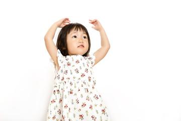 両手を上げ丸を作るOKイメージの幼い女の子