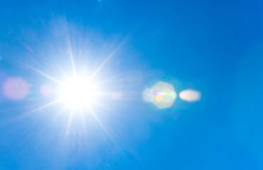 Sonne scheint vom sommerlichen, blauen, wolkenlosen Himmel, Sommer