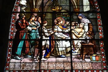 Glasraam van Saint Louis die voor een zieke zorgt in de Saint-Jacques-kerk in Compiègne, Frankrijk