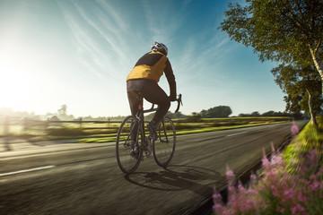 Rennradfahrer auf einer Landstraße