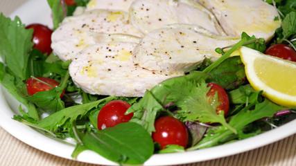 むね肉をヨーグルトに漬けた自家製ハムのサラダ