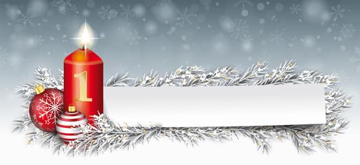 Erster Advent - Kerze mit Weihnachtskugeln, Tannenzweigen und eine Papierzettel