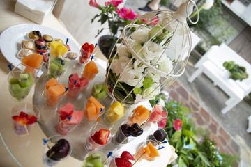 Buffet di frutta fresca in bicchieri monodose