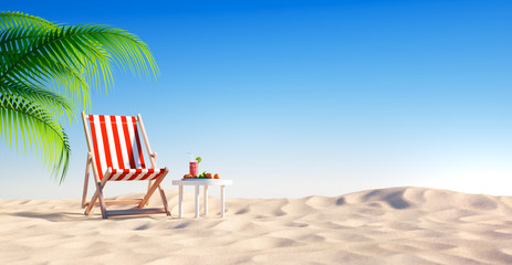 Leerer Strand mit rotem Liegestuhl und Cocktail