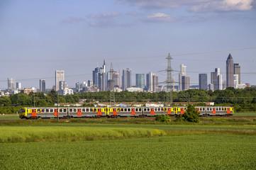 Regionalbahn mit Frankfurter Skyline im Hintergrund