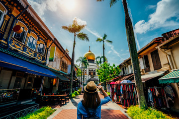Young woman traveler traveling into The Masjid Sultan mosque located in Kampong Glam in Singapore city. Fototapete