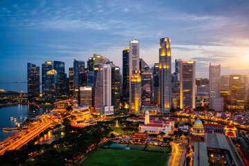 Fototapete - Aerial view of the Singapore landmark financial business district at twilight sunset scene with skyscraper and beautiful sky. Singapore downtown