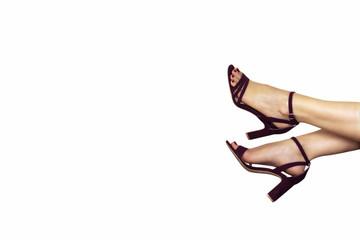 piedi di donna con scarpe viola su sfondo bianco