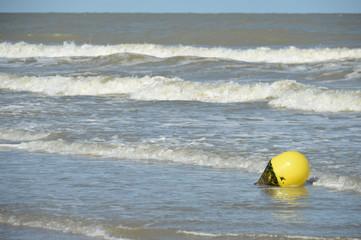 mer cote belge littoral nord Ostende plage eau vague sel maree bouee securite
