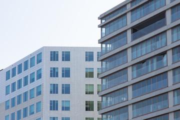 Facciate di due palazzi moderni a Amsterdam