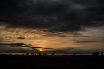wschód słońca nad ciemnym horyzontem