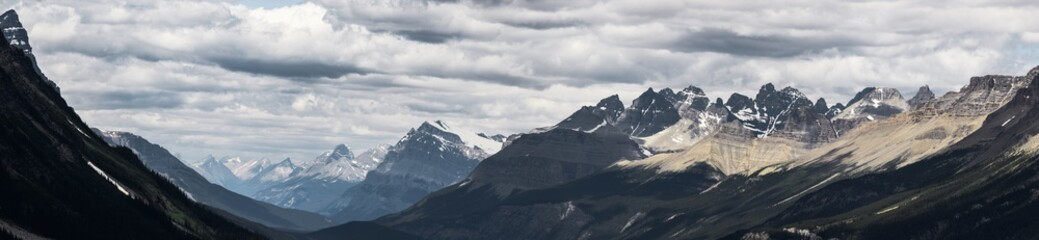 Panorama of dramatic landscape along the Icefields Parkway, Canada Fototapete