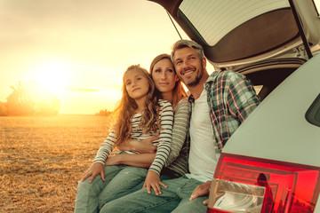 Familie macht Pause im Auto