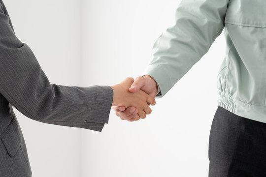 ビジネスマン、ビジネスウーマン、握手、ブルゾン