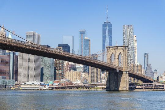 Manhattan skyline and Brooklyn Bridge in daytime