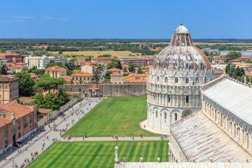 Aussicht vom Schiefen Turm über die Piazza Miracoli über den Dom und das Baptisterium in Pisa