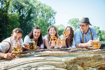 Freunde in Bayern Feiern Oktoberfest an der Isar