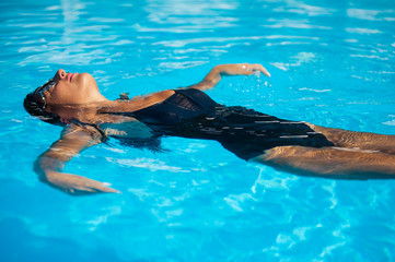 In de dag Ontspanning Beautiful woman in the pool