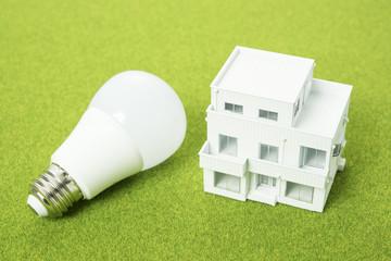 LED電球と家の模型