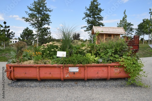 Bepflanzter Container Als Mobiler Garten Stock Photo And Royalty