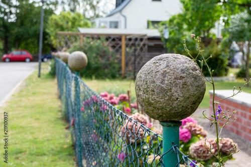 Metall Zaun Mit Beton Kugel Im Garten Stock Photo And Royalty Free