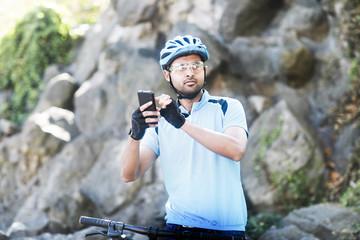 Junger Mann mit Helm und Trikot und Fahrrad