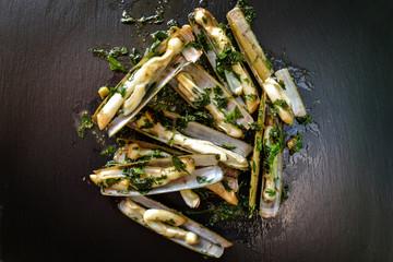 couteaux de mer cuisiné à l'ail et au persil