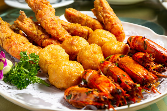 Fry prawns with salted egg yolk and fried prawn ball