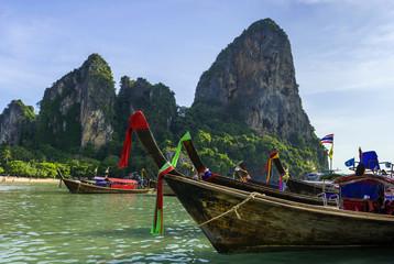 Longtailboote am Railay-Beach bei Krabi, Thailand