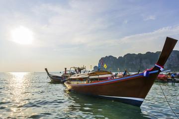 Longtail-Boote bei Krabi im Gegenlicht, Thailand