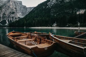 Ruderboote am Lago di Braies während der Abenddämmerung