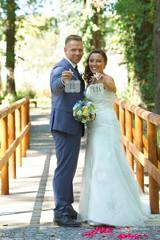 glücklich lachendes Hochzeitspaar
