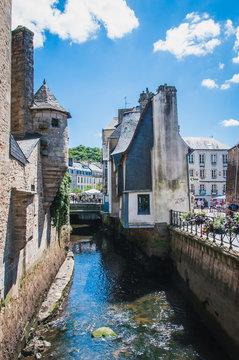 Tourelle et canal dans le centre-ville médiéval de quimper