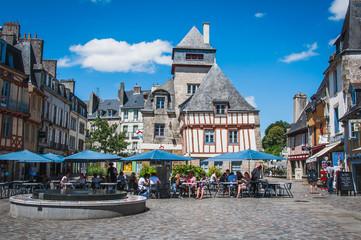 Place avec fontaine et terrasse dans le vieux centre-ville médiéval de quimper