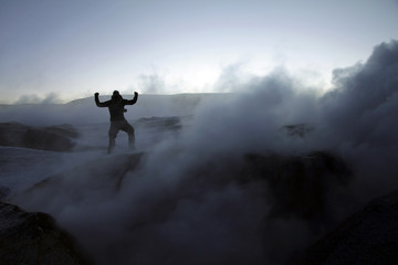 Silhouette of a man on a volcano in Bolivia during sunrise Fototapete