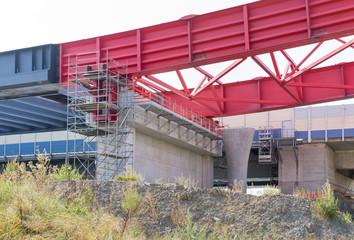 Alte, marode Autobahnbrücke wird durch Neubau einer neuen Brücke ersetzt