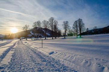 verschneiter Weg im Sonnenuntergang