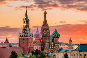 Tuinposter Moskou St. Basil's Cathedral and the Spassky Tower of the Moscow Kremli