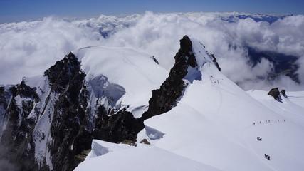 Obraz Widok na górskie szczyty Corno Nero i Piramide Vincent pokryte śniegiem i lodem w masywie Monte Rosa. - fototapety do salonu