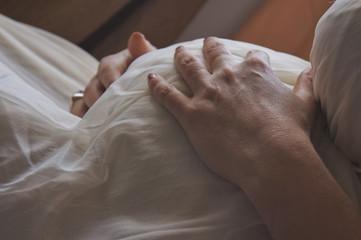 Fototapeta kobieta w ciąży obejmująca rękoma brzuch obraz